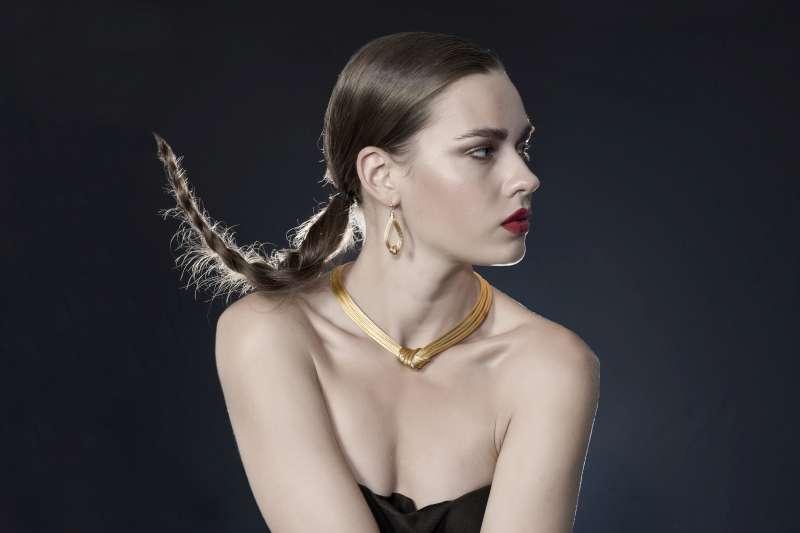 Femme avec robe bustier collier ras-de-cou et boucles d'oreilles en or