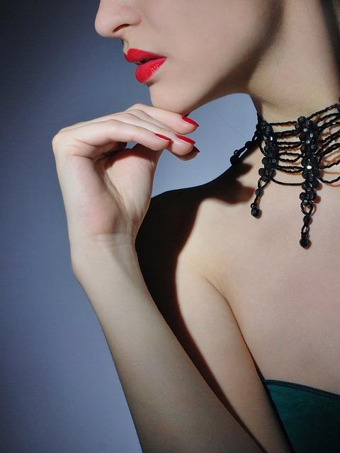 collier ras-de-cou avec robe bustier