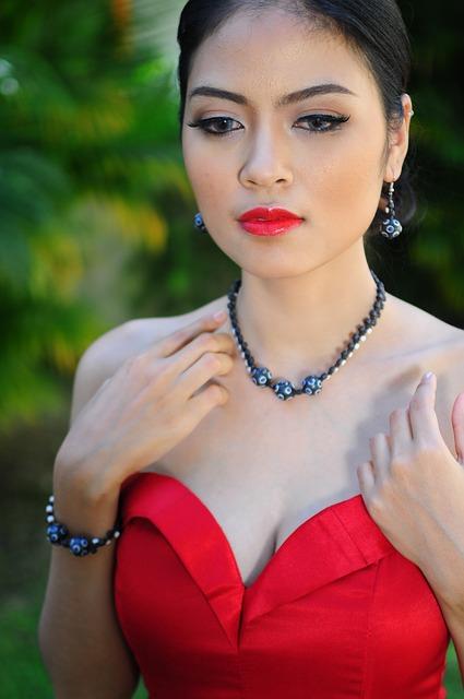 collier princesse avec robe bustier rouge