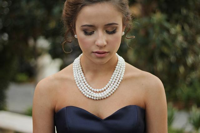 collier rangs de perles avec robe bustier bleu marine